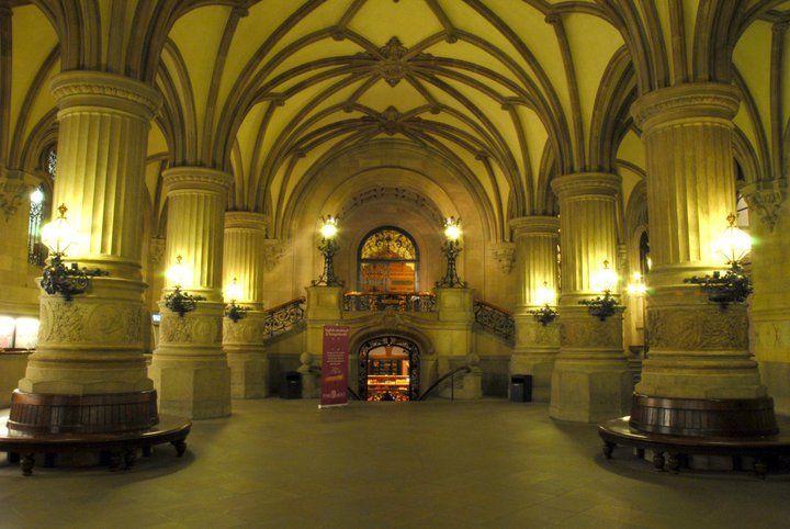 Beispiel: Eingang zum Parlament aus dem Rathaus, Foto: Parlament.