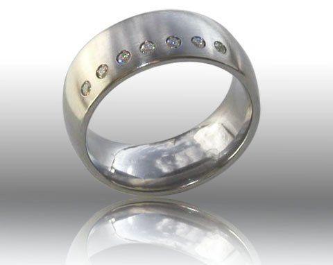 Beispiel: Schlichter Ring mit 11 Zirkonia, Foto: DiWe Design.