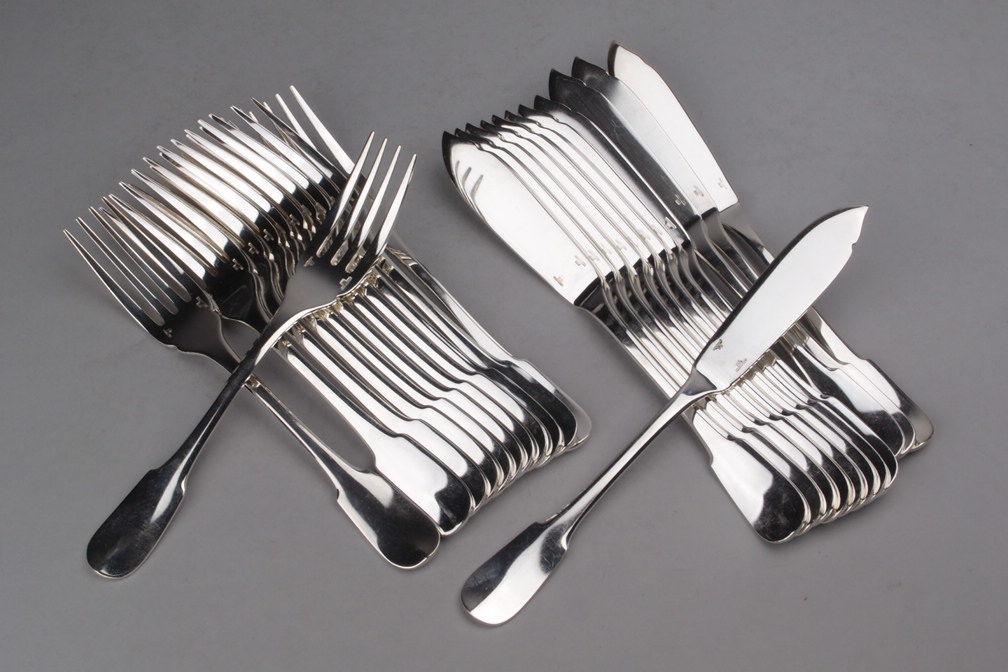 Douze couverts à poisson en métal argenté. Modèle Cluny, Orfèvre Christofle à Paris.