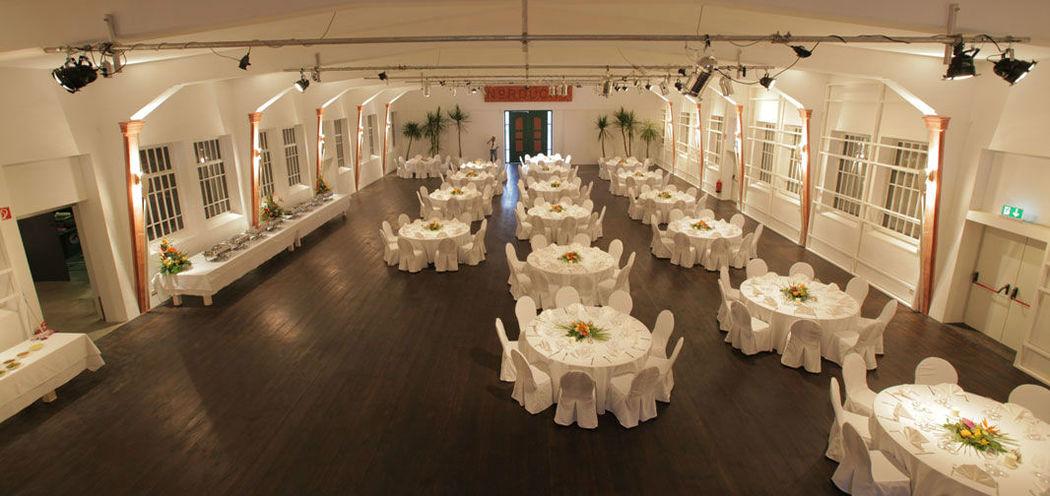 Beispiel: Saal hergerichtet für die Hochzeit, Foto: Nordlicht Events.