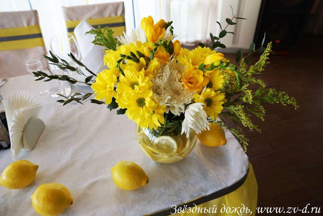 Флористическая композиция с лимонами
