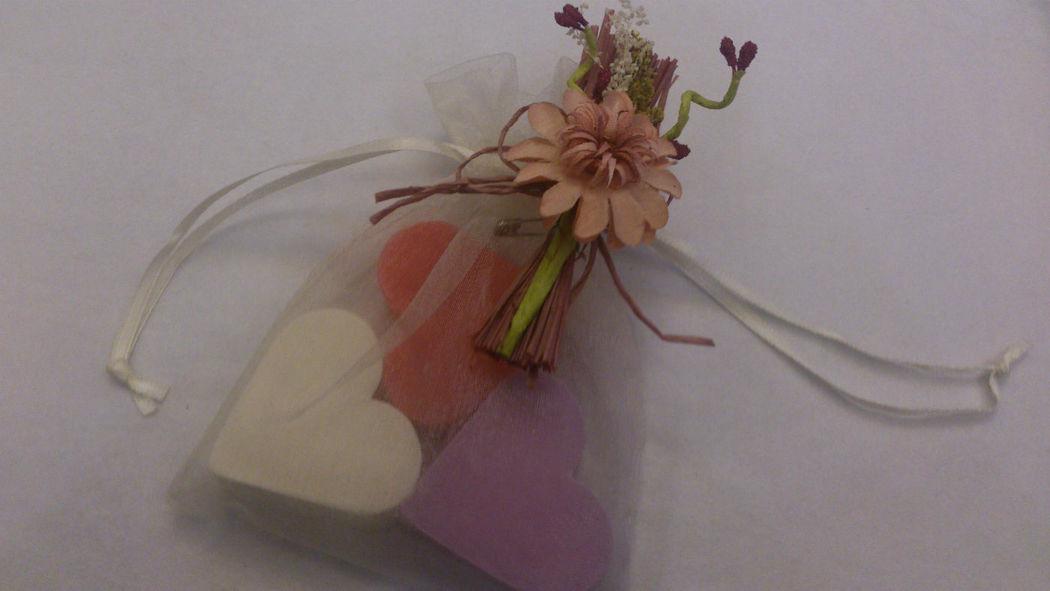 Saquito de organza con jabones de diferentes colores y aromas.