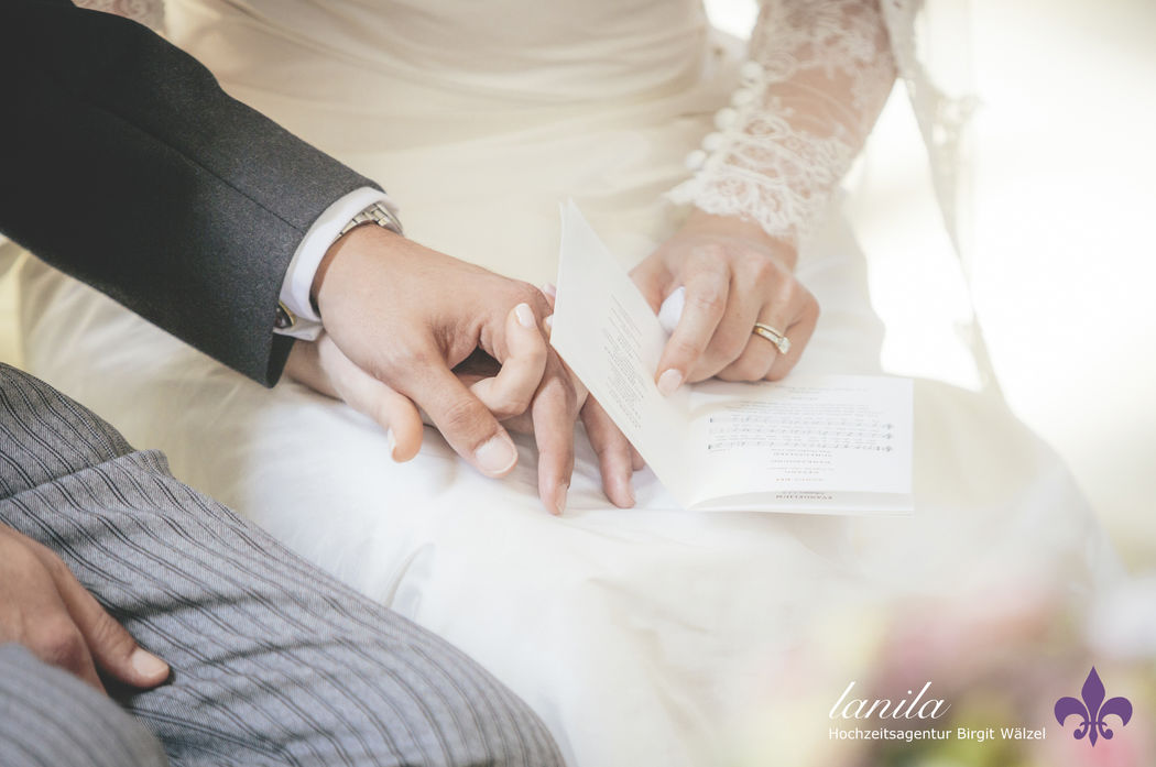 Mit einem Kirchen-Programmheft können Sie Ihren Hochzeitgästen auf elegante Art den Ablauf der Trauung mitteilen. LANILA . Hochzeits-Fotografie . Organisation . Papeterie