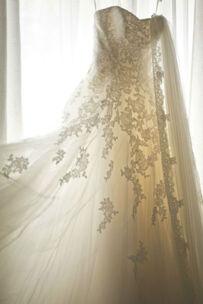 Beispiel: Brautkleid von Pronovias im Fenster, Foto: Finest Wedding Photography Susi