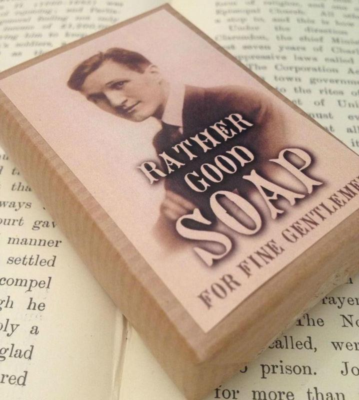 Jabón de la linea masculina, empaquetado vintage con imagen de actor británico antiguo de la época Eduardina. Complementa perfectamente con  los detalles vintage femeninos. Ideales para bodas de hombres.