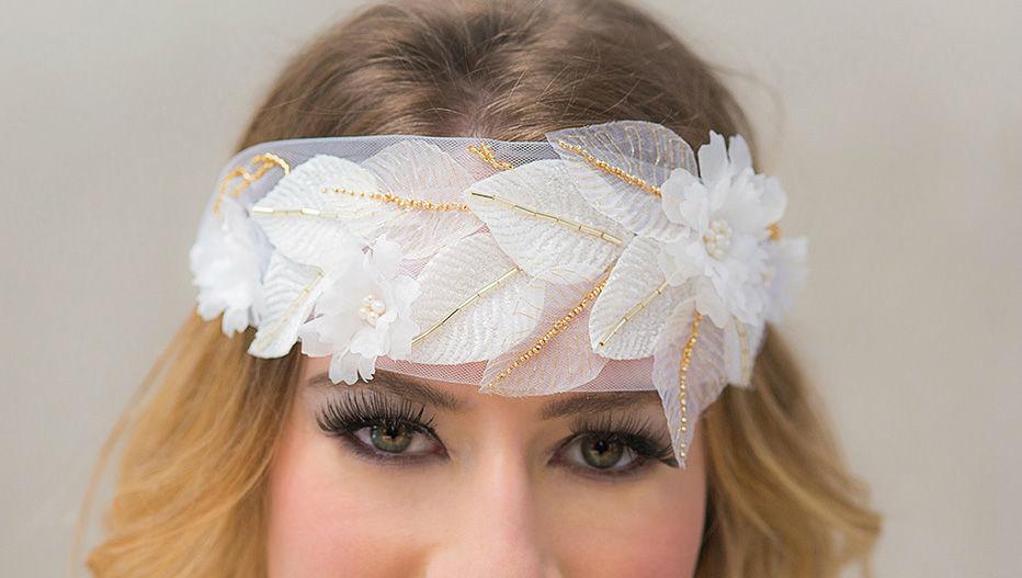 Braut Stirnschmuck mit handgefertigten Seidenblumen und -blättern und Stickerei Bridal headband with handmade silk flowers and millinery leaves and embroidery