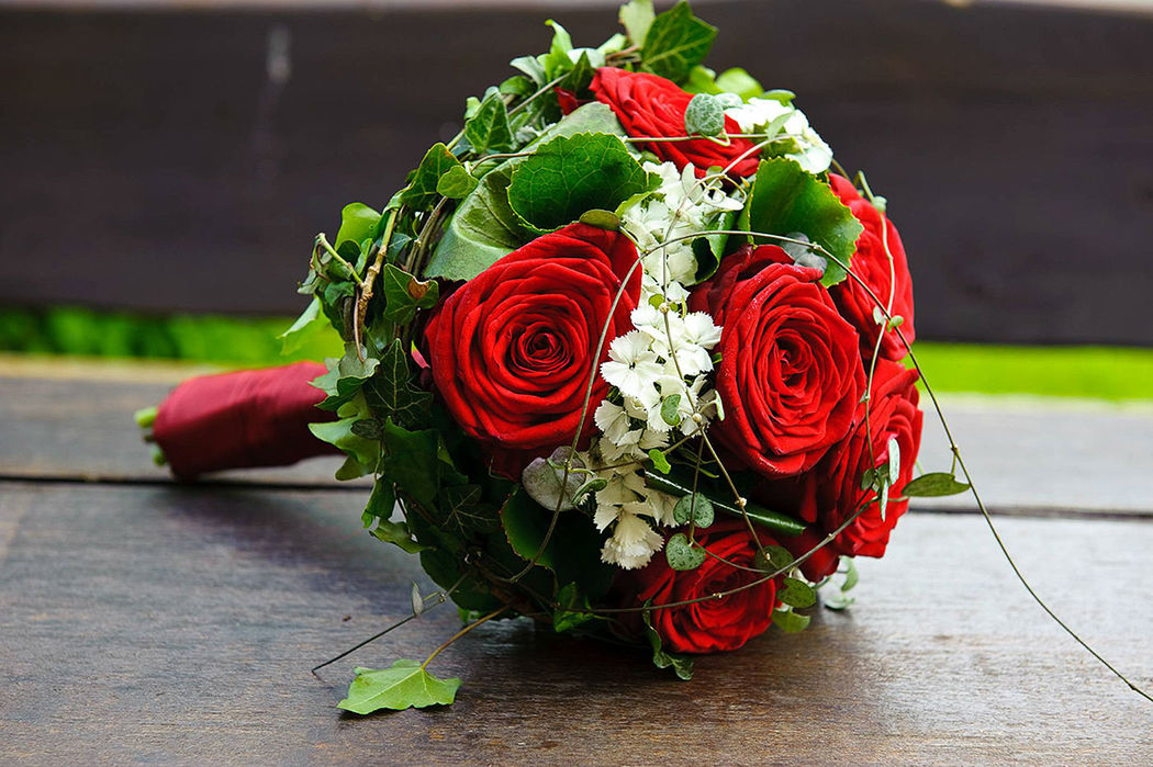 Beispiel: Brautstrauß mit roten Rosen, Foto: Blumenbinderei.