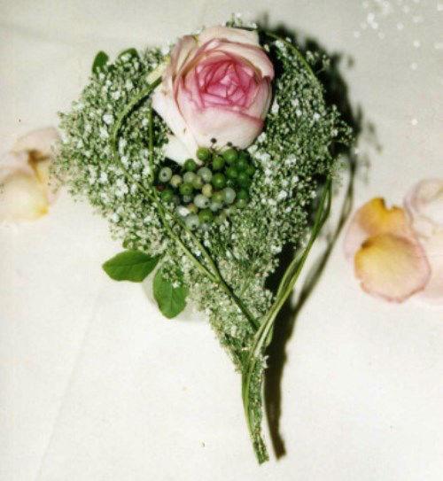 Beispiel: Anstecker für Trauzeugen, Foto: Florales Ambiente.
