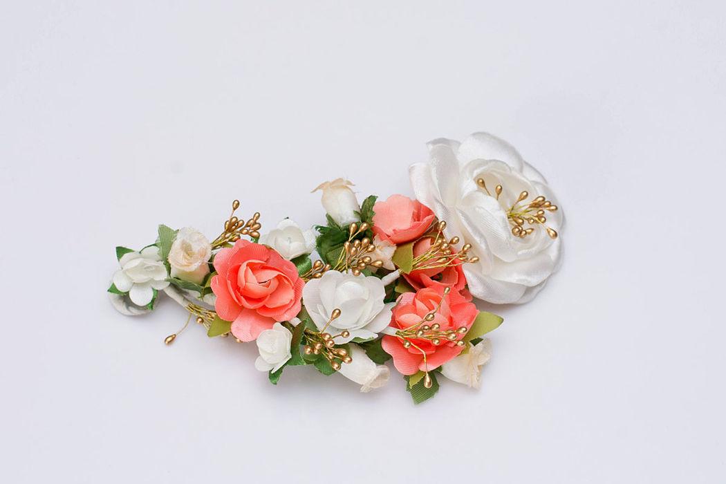Tocado con flores de tela