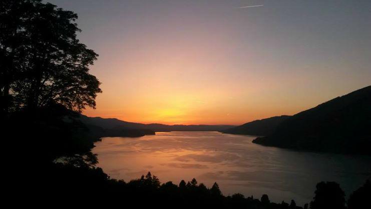 Beispiel: Blick auf den See und die Berge beim Sonnenuntergang, Foto: Hotel Restaurant Meielisalp.