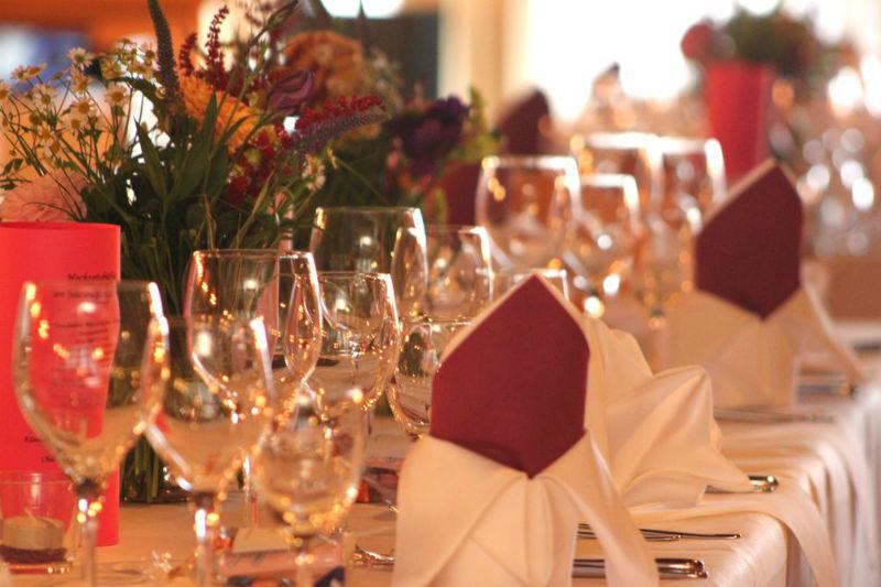 Beispiel: Hochzeitsgedeck, Foto: Flair Hotel Berggasthof Adersberg.