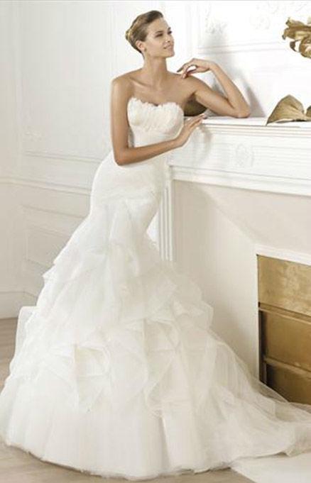 Beispiel: Trägerloses Brautkleid, Foto: Hochzeitssalon Jereb.