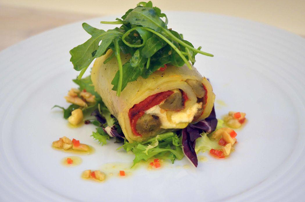 Ensalada de berenjena, queso de cabra y pimientos