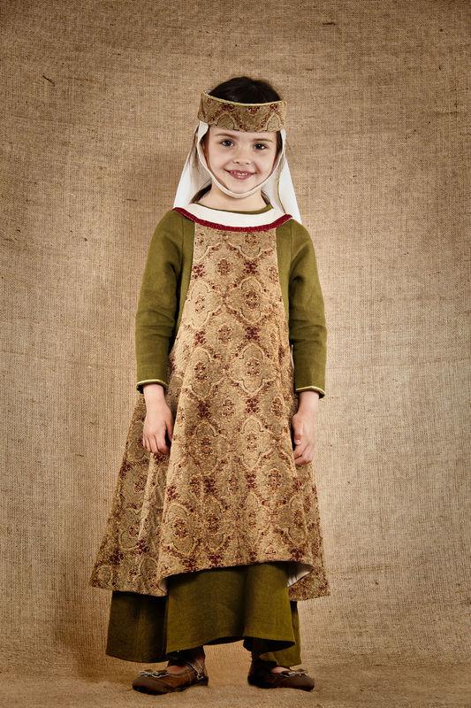 Costume de Mahaut noble dame médiévale comprenant la robe en lin la sur-robe en velours jacquard la coiffe assortie  http://www.7etunelieues.com/fr/costumes-filles/costume-de-noble-dame-medievale-4-ans