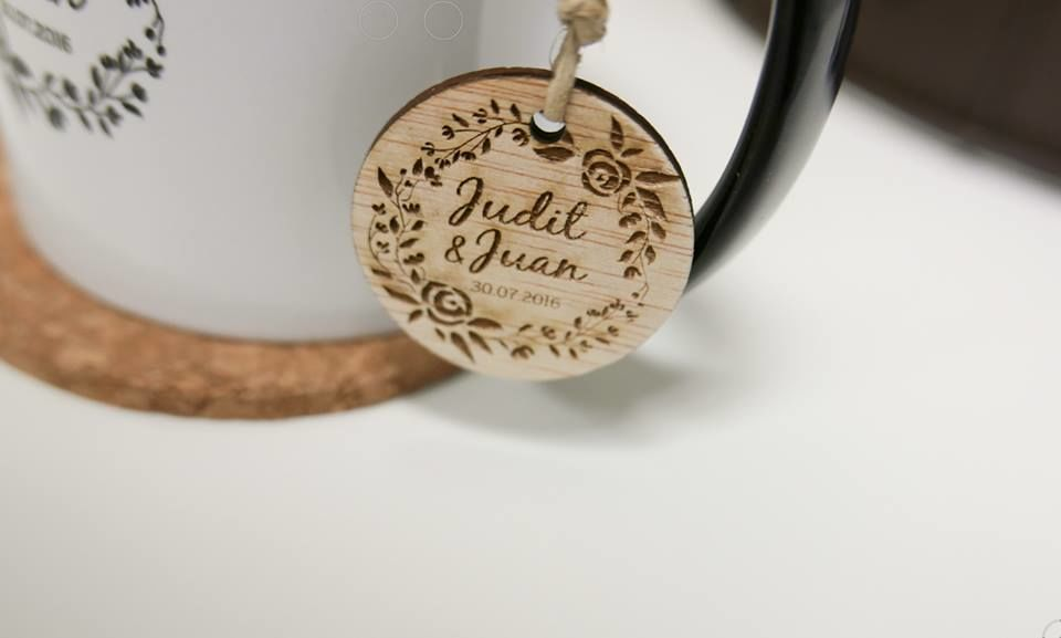 Etiquetas redondas personalizadas de madera.