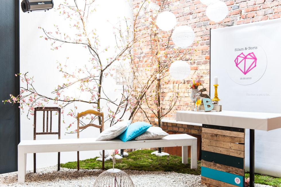 Setup für eine freie Trauung unter Kirschbäumen.  Foto: [blickfang] event design