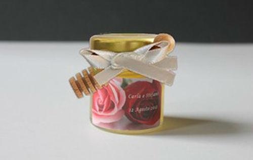 Segnaposto con spargimiele - vasetto da 50 grammi con miele a scelta, etichetta personalizzata, nastrini e spargimiele in legno di faggio da 9 cm