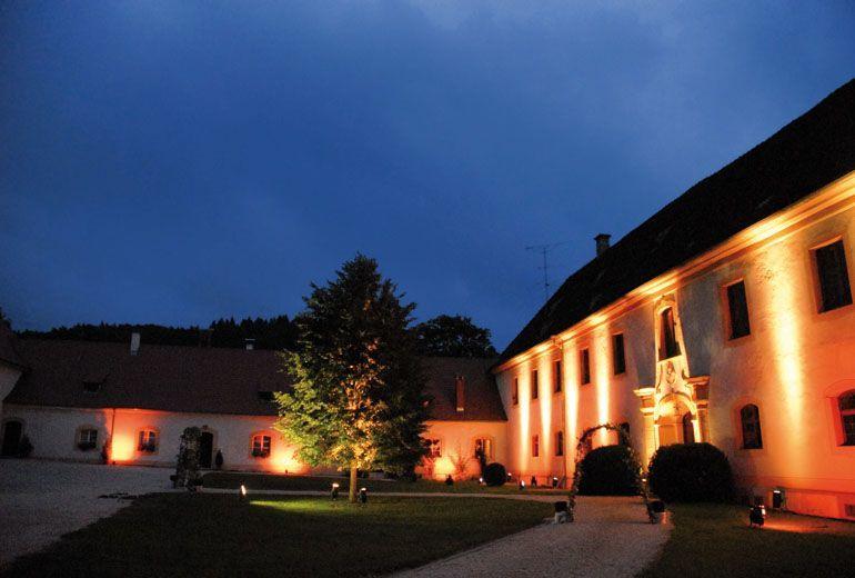 Beispiel: Anwesen bei Nacht, Foto: Schloss Ehrenfels.