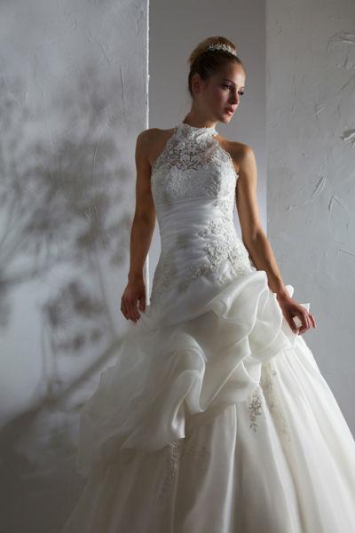 Beispiel: Aufwändig gestaltetes Hochzeitskleid, Foto: Steinecker.