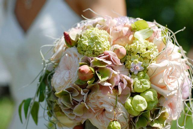 Beispiel: Heller Brautstrauß, Foto: Blumen Malecek.