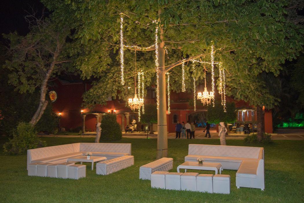 Decoración y mobiliario para eventos #mobiliarioparaeventos, #bodasenlaplaya #beachweddings #centrosdemesa #centerpieces #bodasencancun #partyboutiquecancun #udwfinefurniturerental #prettyflowerscancun