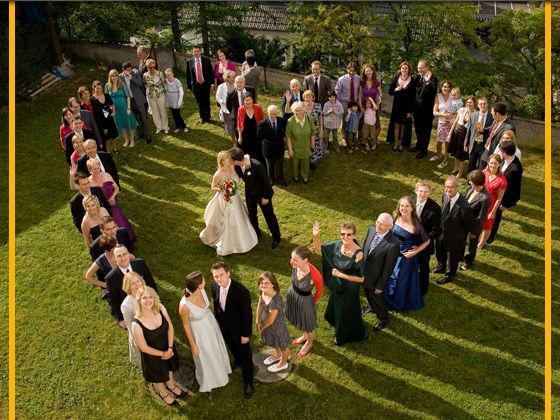 Beispiel: Hochzeitsgesellschaft im Schloßpark, Foto: Schloss Weiterdingen.
