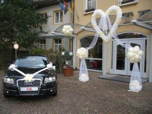 Beispiel: Ballondekoration Auto und Location, Foto: Ballon Werkstatt.