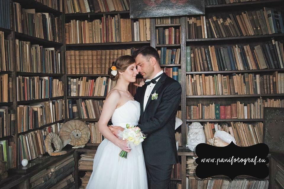 Para Młoda w bibliotece