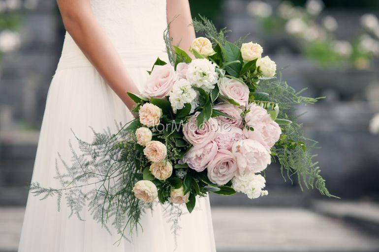 Bouquet oversize con rose inglesi e peonie - Ph. Erika Di Vito