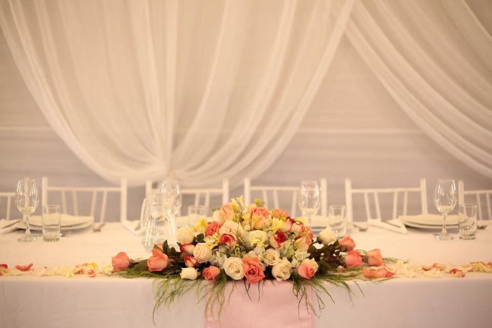 Centro de mesa de la mesa de los novios