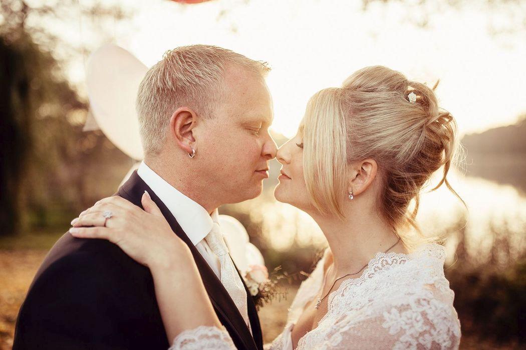 Hochzeitsreportage romantisch verspielt,brautpaar kuss, romantische Brautpaarfotos, Brautpaarbilder mit Gegenlicht, Brautpaarfotos mit XXL Luftballons retro, vintagereportage Hochzeit, Gegenlichtaufnahmen Hochzeit