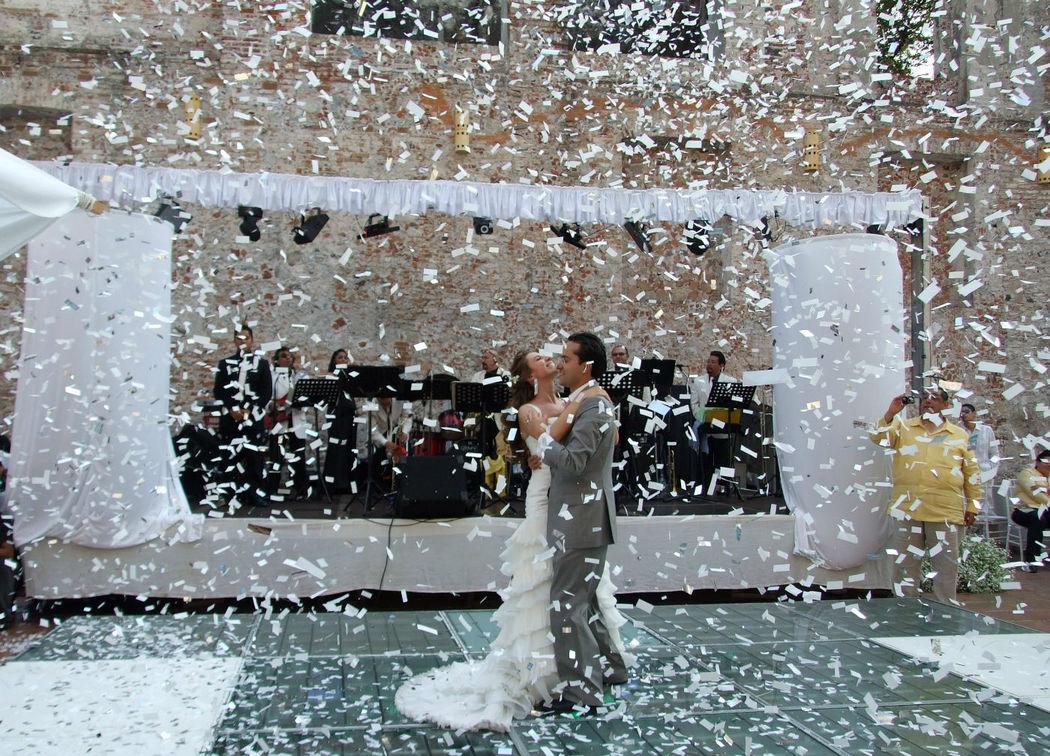 Ypara las bodas de día, tormenta de confeti.