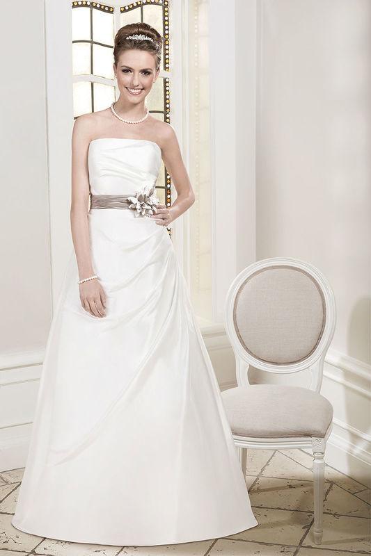 Beispiel: Trägerloses Brautkleid mit farbigem Taillengürtel, Foto: Kleemeier.