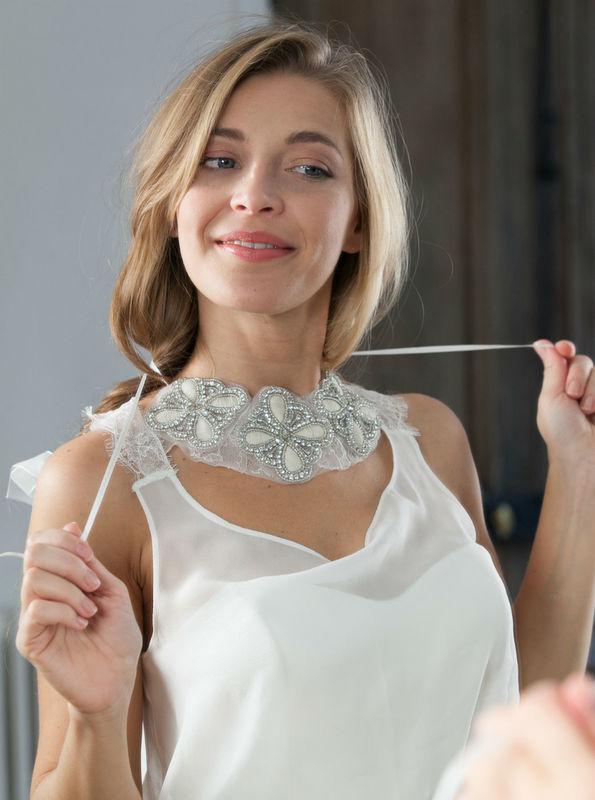 collier brodé de strass et perles