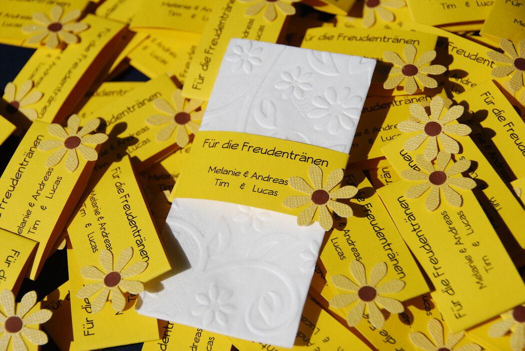 Freudentränenbanderole mit geprägtem Taschentuch, Foto: Cardlove.de.
