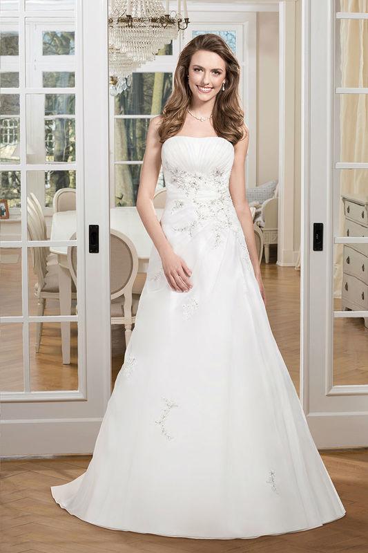 Beispiel: Trägerloses Brautkleid mit Stickereien, Foto: Kleemeier.