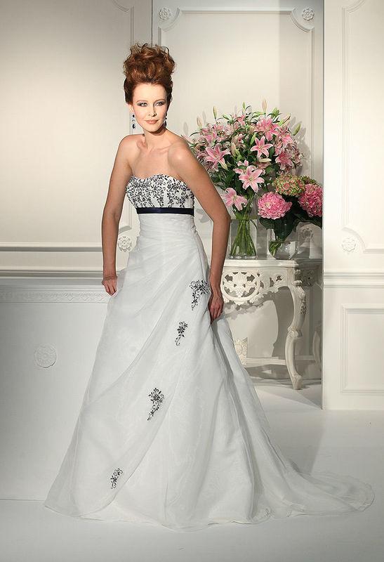 Beispiel: Brautkleid in weiß und schwarz, Foto: Boutique Berner.