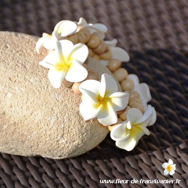 Bracelets ornés de 8 fleurs de frangipanier de 3 cm. Nombreux coloris disponibles.