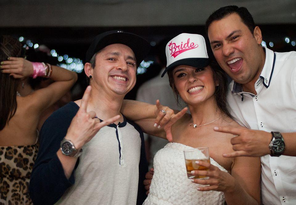 Con los novios Andrea Y Jorge foto por: Valentina Gómez Fotógrafo.