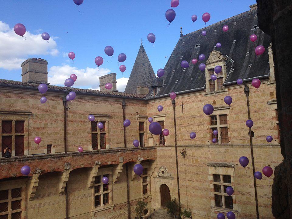 Ballons dans la cour d'honneur Renaissance de Caumont