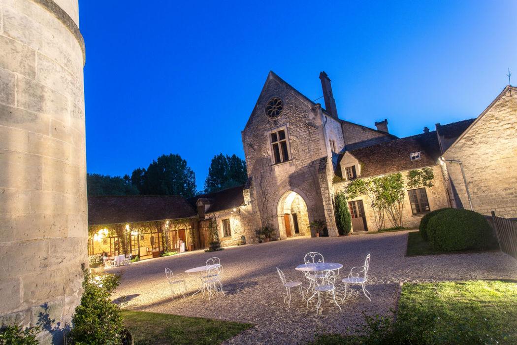 Château de Pontarmé - La cour intérieure du château à la tombée de la nuit