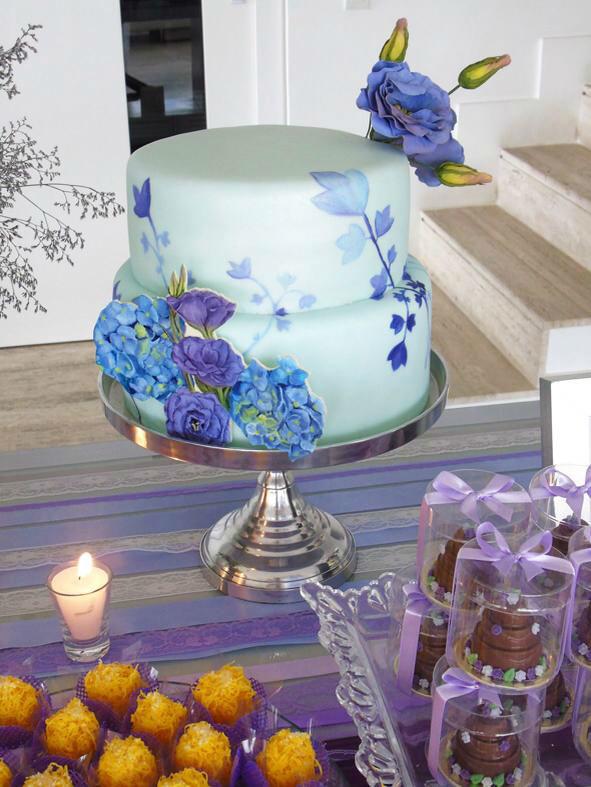 Confiserie de Lu - Bolo de bodas pintado à mão com aplique de açúcar pintado e flres lisianthus em açúcar