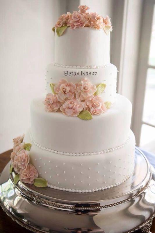 Bolo Clássico para casamento com delicadas flores em açúcar.