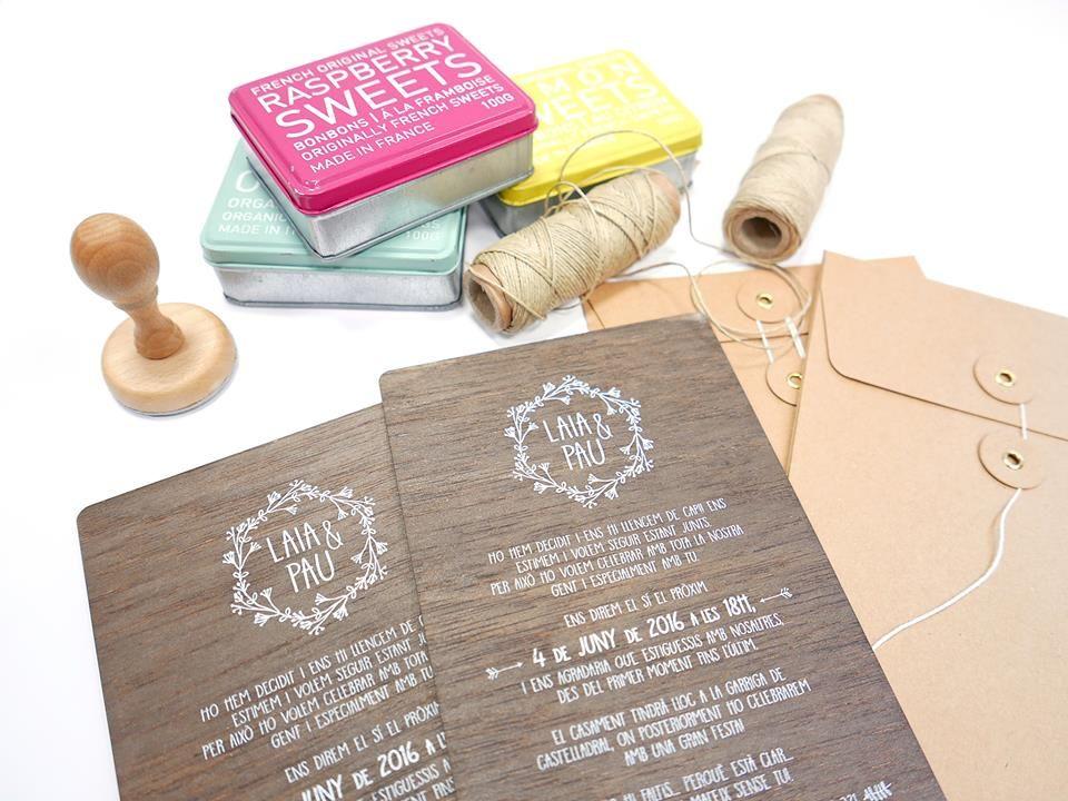 Invitaciones personalizadas de madera.