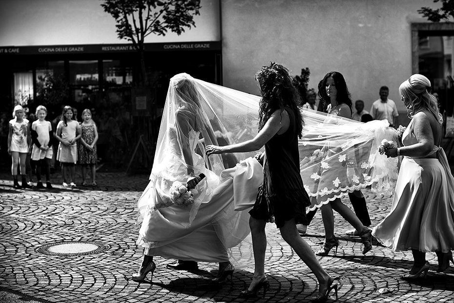 Braut mit Brautjungfern auf dem Weg zur Kirche - RAMAN-PHOTOS