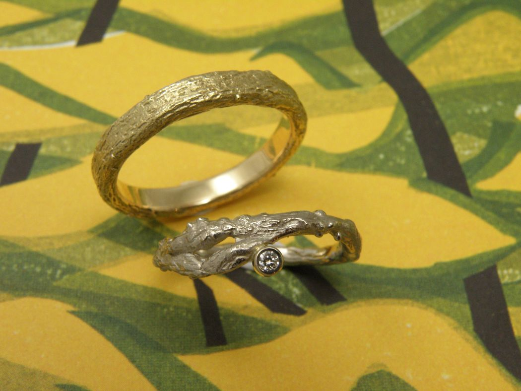 * witgouden takjesring met 0,05 crt briljant geslepen diamant  * geelgouden brede takjesring  * trouwringen uit het Oogst atelier