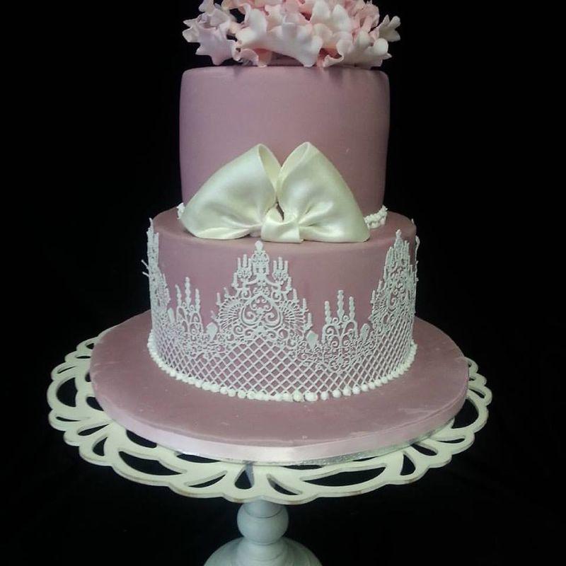 wedding cake dentelle et pivoines