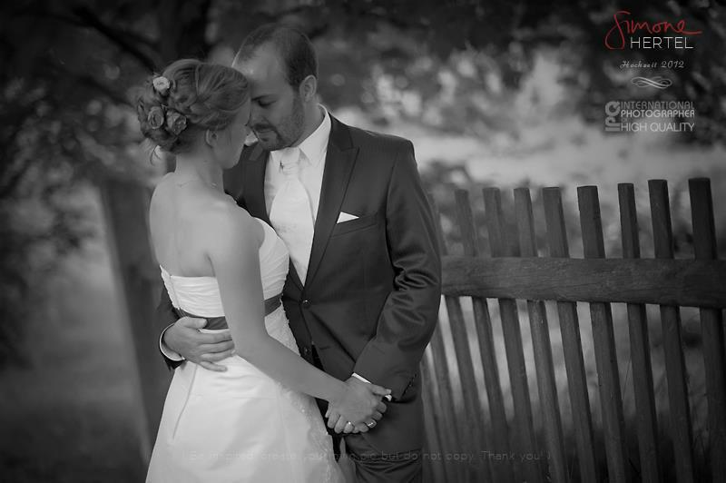 Beispiel: Brautpaar schwarz-weiß, Foto: Simone Hertel.