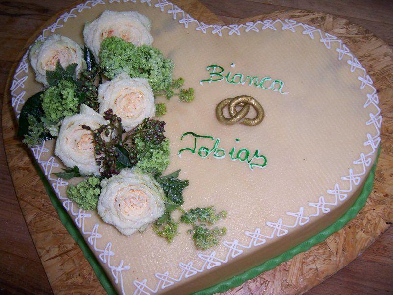 Beispiel: Hochzeitstorte in Herzform, Foto: criollo chocolaterie confiserie.