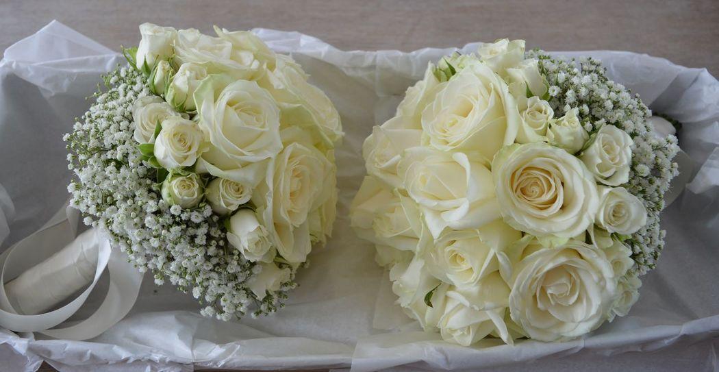 Bouquet de mariée roses blanches et gypsophile
